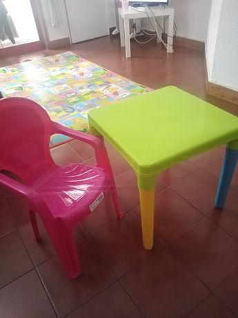 Mesa e cadeira infantil seminova