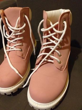 Śliczne buty malinowe