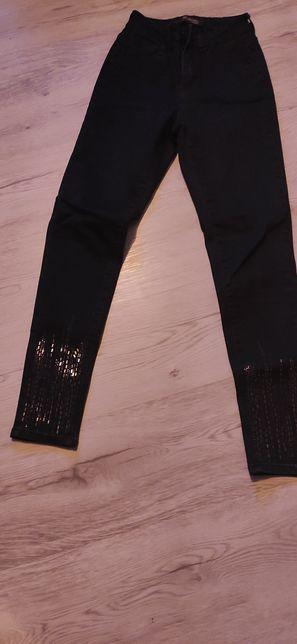 Spodnie jeansowe z ozdobnymi cekinami na nogawkach