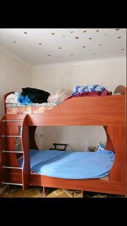 Срочно Продается детская двухярусная кровать с матрасами
