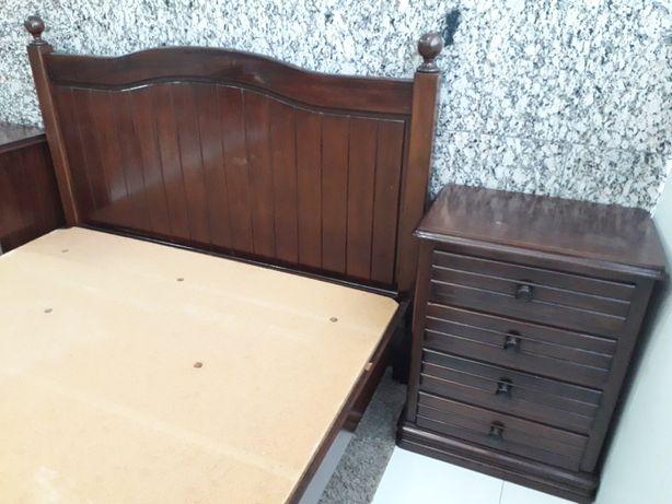 Entrrega GRÁTIS- Cama casal, madeira castanho+ estrado+ mesa cabeceir