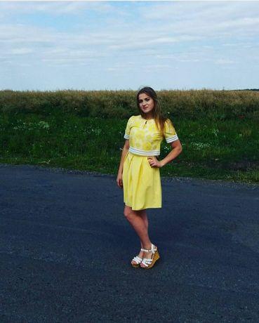 Жовте плаття з накидкою