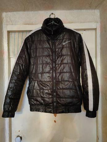 Продам зимнюю оригинальную чёрную куртку Nike на синтепоне 50 размера