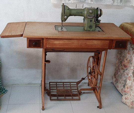 "Máquina de costura vintage ""Oliva CL50"" de 1963"