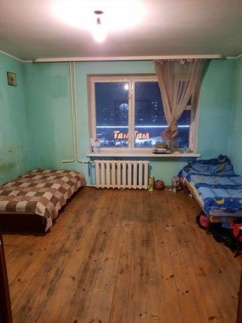 Місце в кімнаті, напроти Макдональдс
