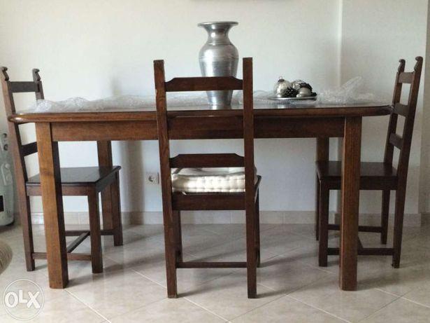 Mesa de sala em madeira de castanho.