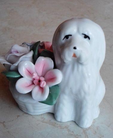 Porcelanowe kwiatki z pieskiem. figurka pies porcelana
