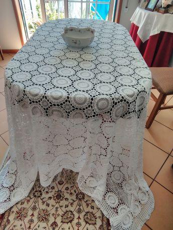 Toalha de mesa,toda em renda nova para uma mesa grande,e de lucho