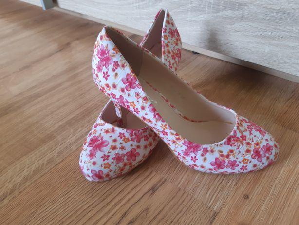 Śliczne buciki w kwiatki