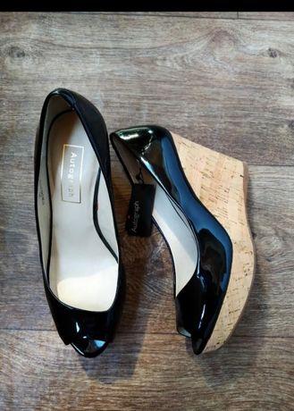 Новые брендовые лаковые туфли на танкетке