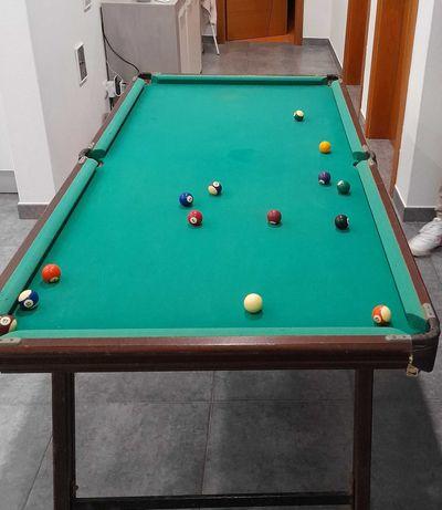 Mesa de snooker em bom estado.