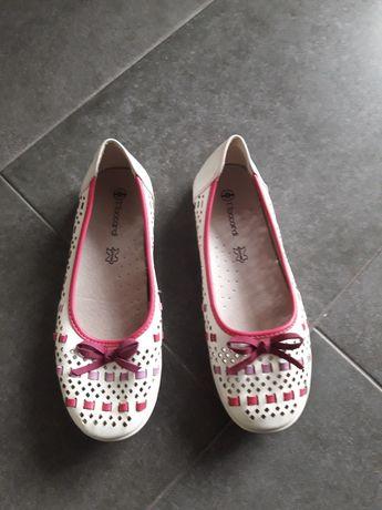 Нове шкіряне взуття