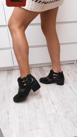 Lakierowane damskie buty botki z wycięciami łańcuszkiem za kostkę na o