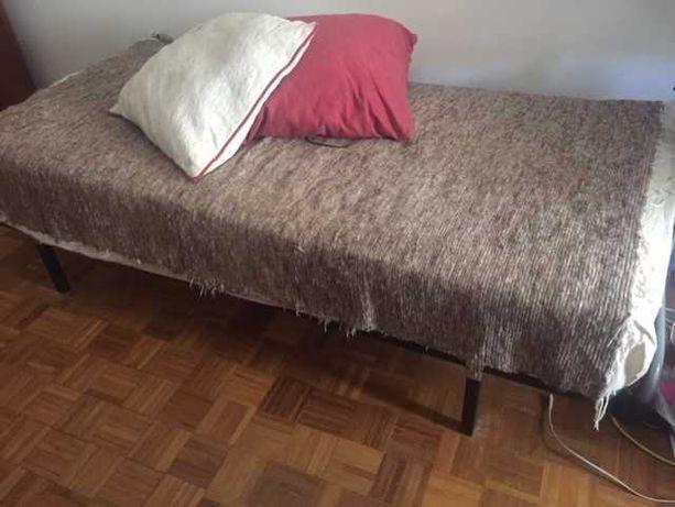 Cama de solteiro de ripas com colchão