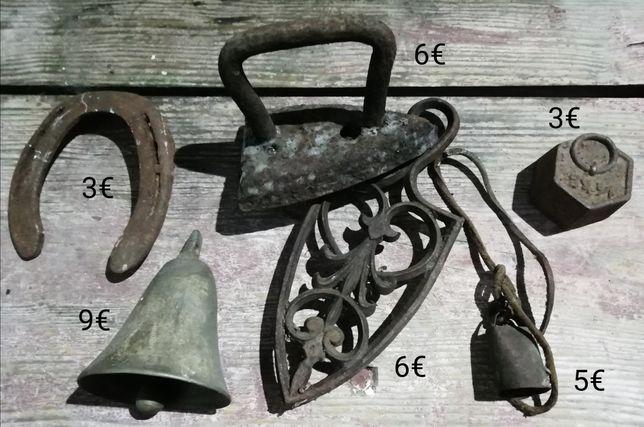 Sinos, chaves, fechaduras, cadeados, ferrolhos e dobradiças antigas