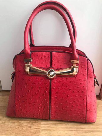 Elegancka czerwona torebka-kuferek