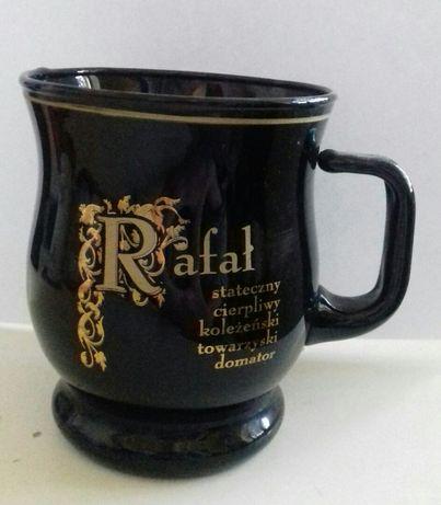 Czarny szklany kubek z napisem Rafał i jego cechami