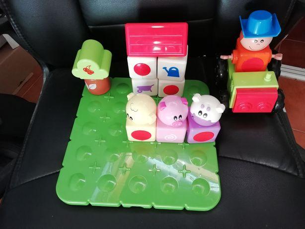 Brinquedo almofadado e Quinta com peças de encaixe Chicco