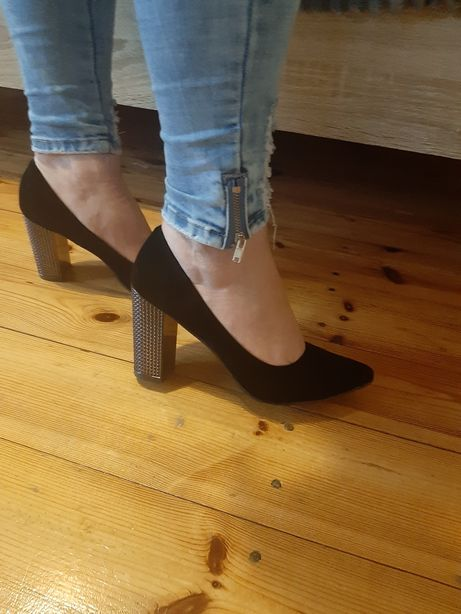 Czarne buty na grubym obcasie