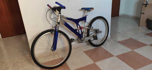 Bicicleta e equipamento de ciclismo novos
