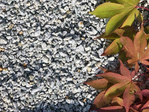 grys granitowy luzem , kamień ozdobny otoczaki kora grys szary