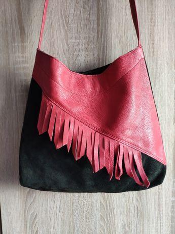 Czerwono-czarna torebka z frędzlami na ramię
