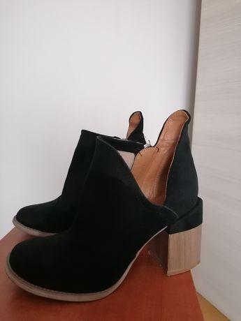Buty/botki czarne z widoczna kostka i kwadratowym obcasem