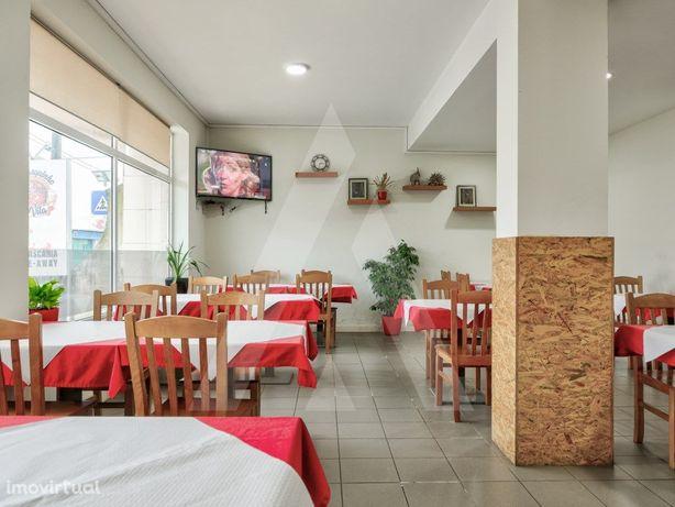Restaurante com comida tradicional e grelhados a funciona...