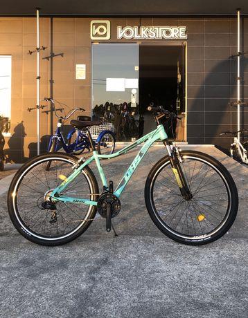 Bicicleta montanha de Homem e Senhora