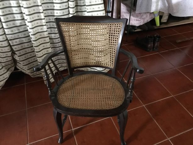 Cadeiras antigas trabalhadas em madeira maciça , baloiço e palhinha