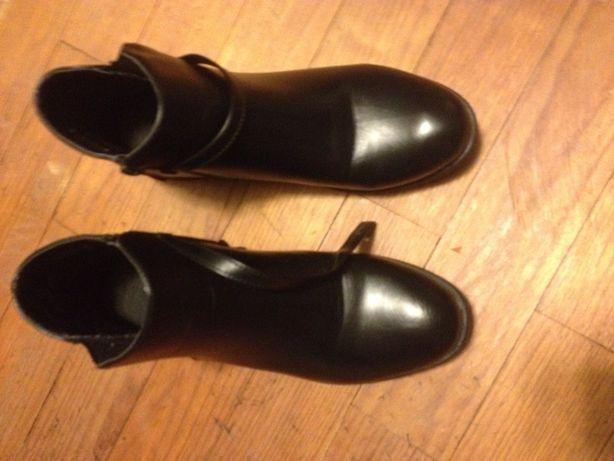 Várias botas de senhora