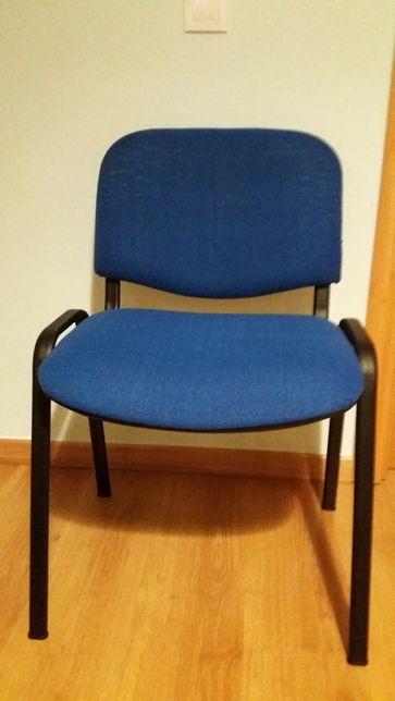 Cadeira em tecido azul