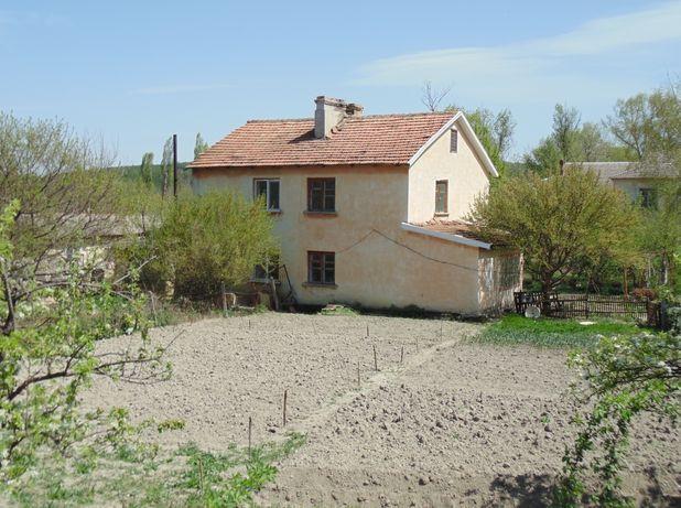 Продам дом в Белогорске 76 м3 с участком 15 сот.,гаражом и хоз. домами