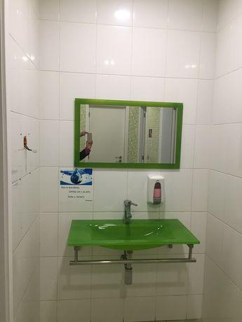 Lavatorio e espelho em vidro