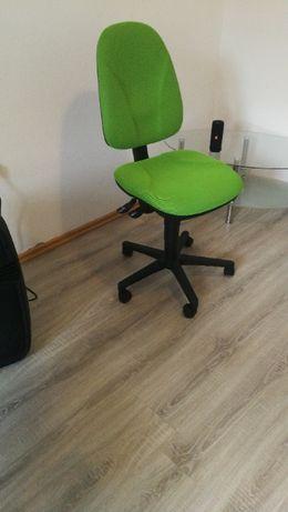 Krzesło biurowe, rozkładane z regulacją oparcia.