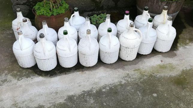 Garrafões de vinho antigos
