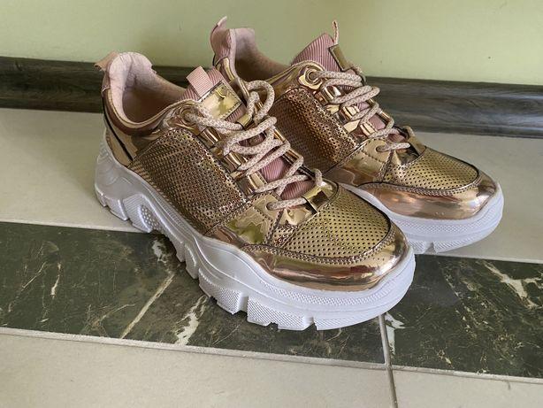 Женские кроссовки 39размер