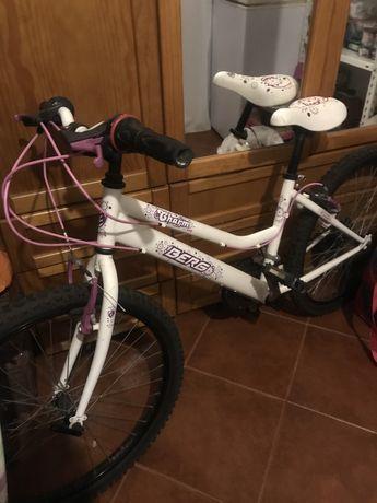 Bicicleta com mudanças berg roxa e branca