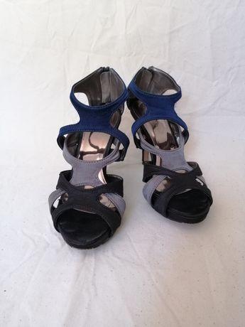Sandálias de salto alto fino tricolor acetinadas
