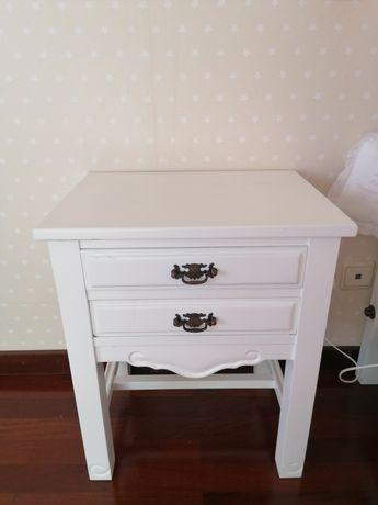 Mesa de cabeceira restaurada branca