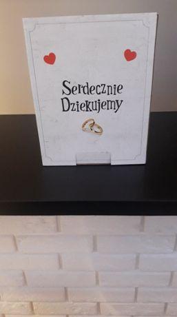Pudełko na koperty ślubne i naklejki na pudełko z ciastem dla gości.