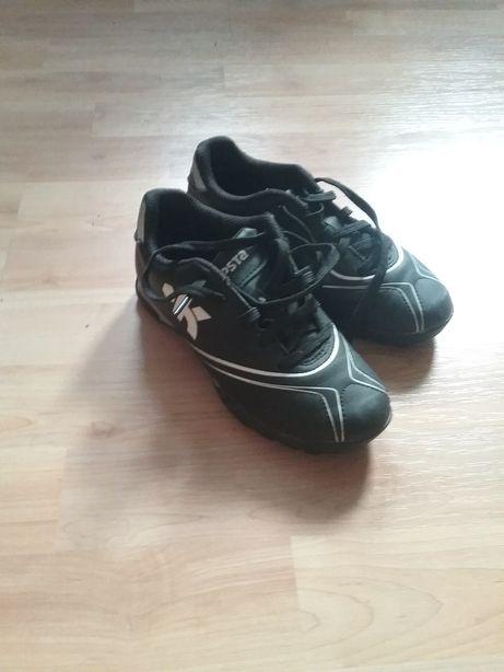 Buty do piłki nożnej z małymi krokami r.31