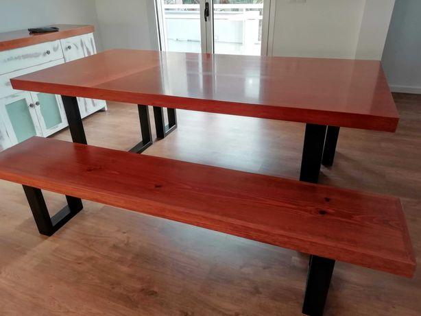 Conjunto de mesa de sala com pés em ferro e bancos