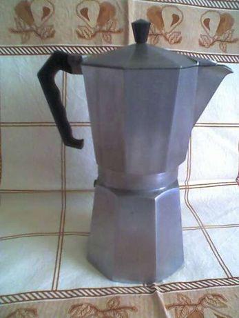 Cafeteira com 24 cm