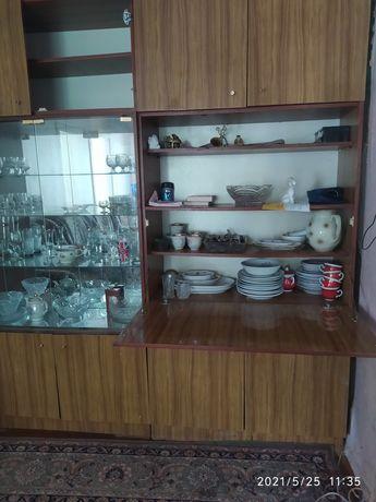 Сервант лакированный: пенал и два шкафчика для посуды