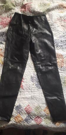 Штаны кожаные., размер s, тянутся, стильные и удобные.