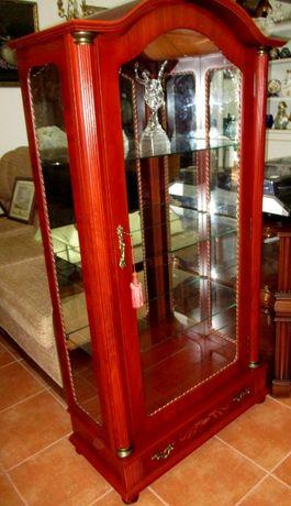 Vitrina em madeira e vidro