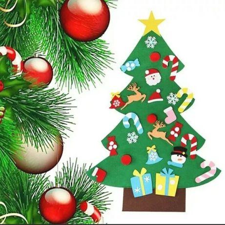 Árvore de Natal em feltro com enfeites