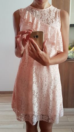 Śliczna koronkowa sukienka z falbanką morelowa koralowa