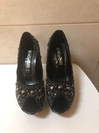 Sapatos de salto alto com brilhantes